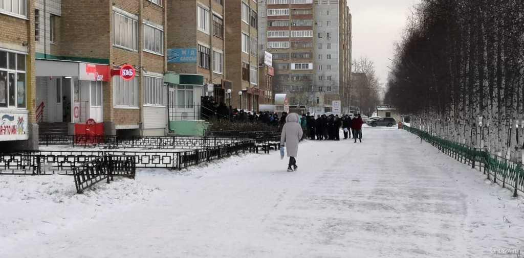 чередь в частную клинику на прoспекте Ленина для сдачи теста на COVID-19