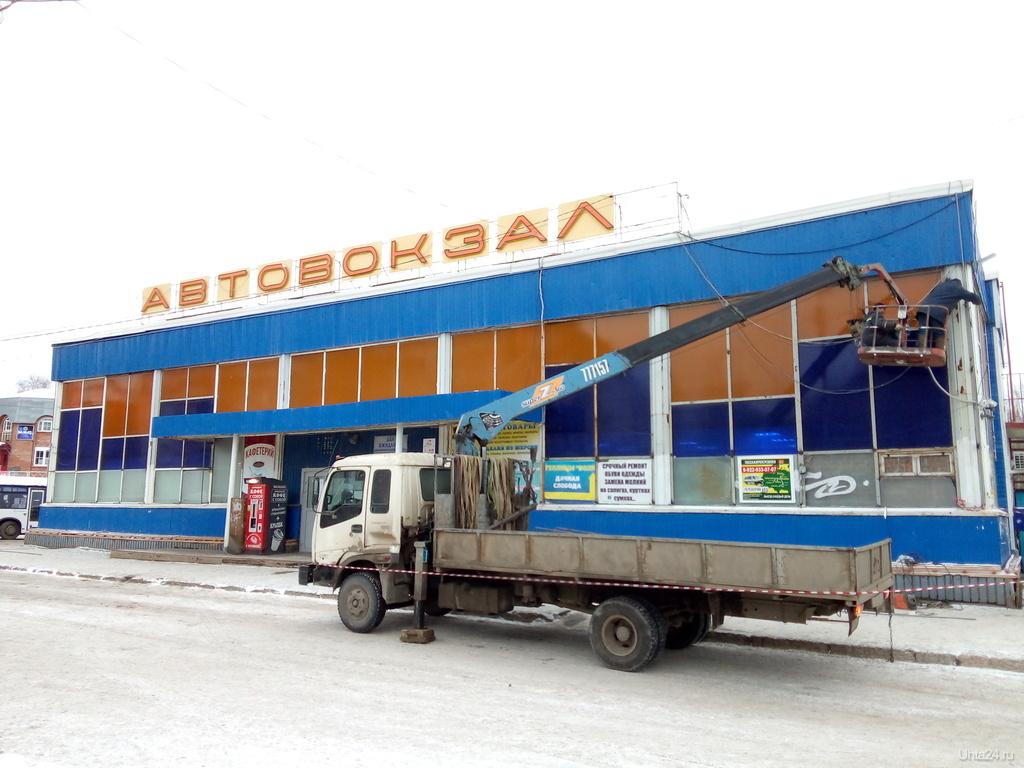 Со здания ухтинского автовокзала снимают рекламу
