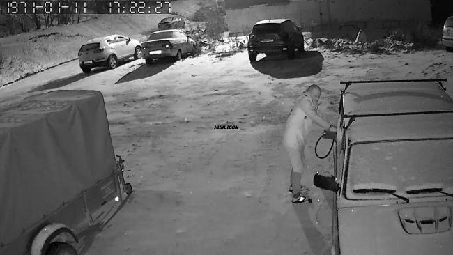 В Ухте сливщики бензина попали на видео